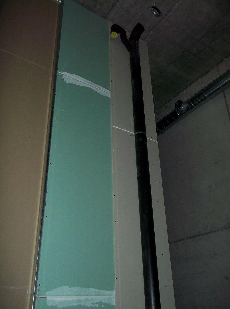 Nesprávná kombinace impregnované astavební sádrokartonové desky napříčce vkoupelně