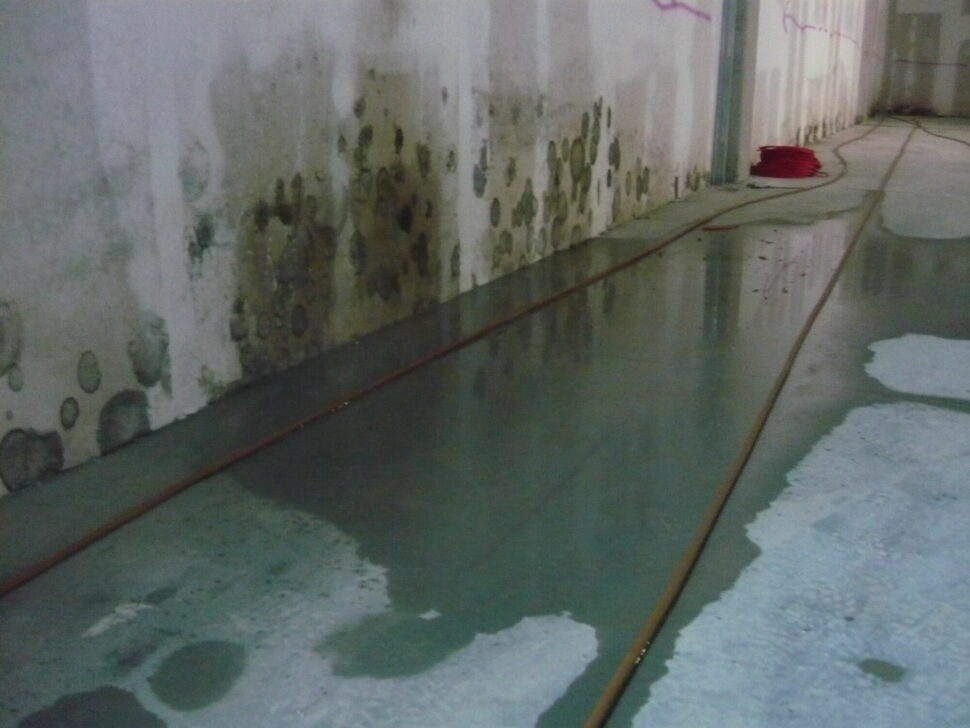 Nevhodné podmínky nastavbě – vliv zatékající vlhkosti